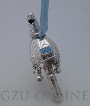 een 835 zilveren   rammelaar met fluitje