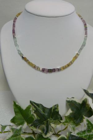 een 925 zilveren edelsteencollier