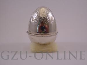 een zilveren eivormig doosje